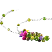 Green kiwi and fuchsia pendant necklace made of gemstones. Sautoir