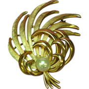 Crown Trifari 3-D Gold tone  Imitation Pearl  Rare Pin Brooch