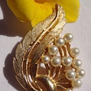 Vintage Gold Tone Metal Faux Pearl Brooch