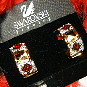 $150~SWAROVSKI~STUNNING GOLDTONE RED/CLEAR CRYSTAL RUNWAY STATEMENT CLIP EARRINGS