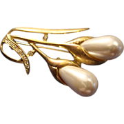 SALE VINTAGE 60s Elegant brooch /pin in gold tone spray of large tear drop faux pearls and pav