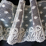 Beautiful flounce 18th C. Mechlin hand made Flemish bobbin lace : floral motifs :  66 inches l