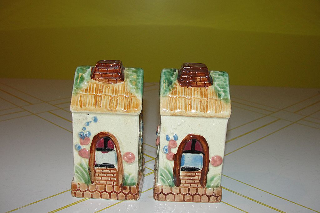 Country Cottages Salt and Pepper Shakers - b57