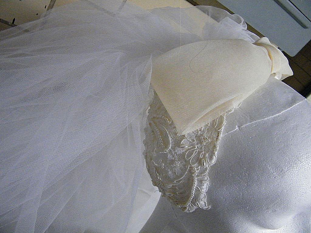 Vintage 1960's Bridal Veil & Headpiece..Cream Juliet Cap Of Lace & Pearls With Organdy Bow & White Short Veil