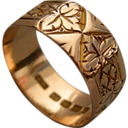 A Victorian 12ct Gold Engraved Band Ring.