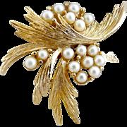 Vintage faux pearl brooch gold leaves 1950s