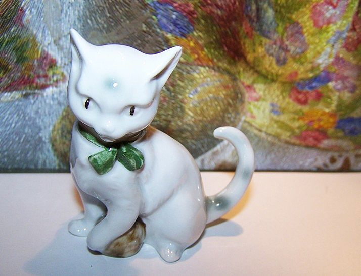 Oh So Sweet ! Deco Era Porcelain Kitty Cat Paw On Ball Figurine