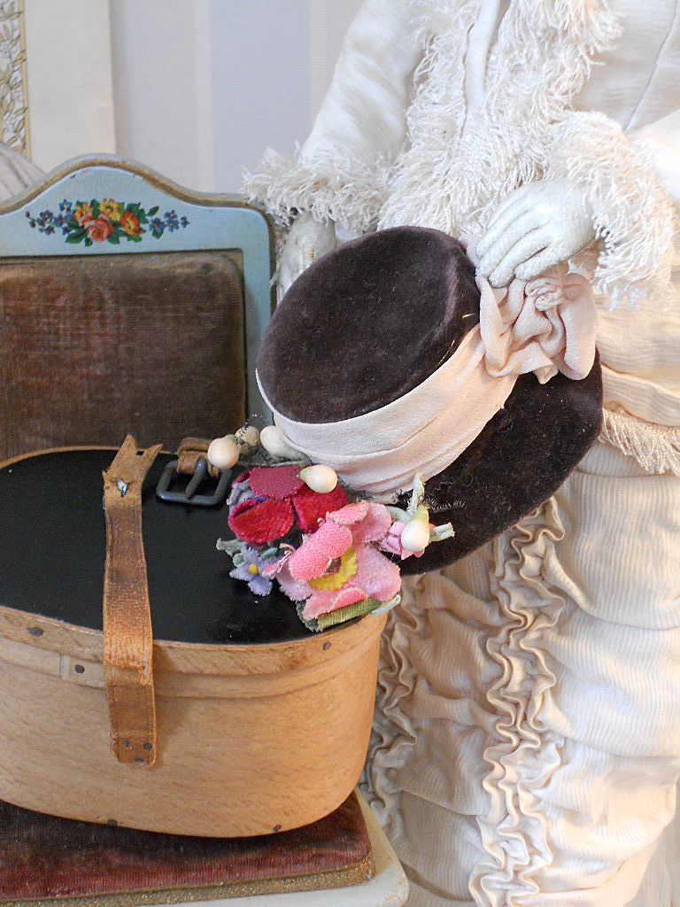 ~~~ Superb all original Antique Fashion Doll Hat with Box / 1875 ~~~