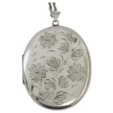 Quality vintage sterling silver locket and 30 inch chain