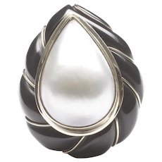 Distinctive 14-Karat Yellow Gold Mabe Pearl and Black Onyx Ring by Mazza