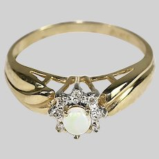 Vintage 10K yellow gold Ring with diamonds and opal size 6.5 resizable