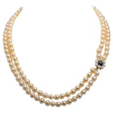 Super elegant cultivated pearls necklace 7 mm diameter Sapphire and pearls 18 karat white gold clasp circa 1960-70