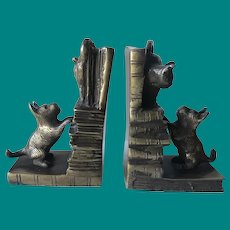 Unlikely playmates, Dog & Cat Bookends