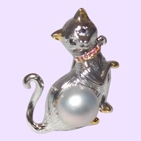 Figural Kitty Brooch With A South Sea Pearl