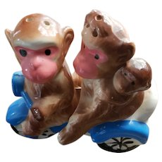 SWEET Novelty Ceramic Monkey Family in Bike Salt Pepper Shaker Set