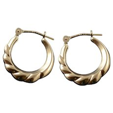 14K 17.1mm Puffy Scalloped Twist Hoop EarRings Yellow Gold  [QWQC]