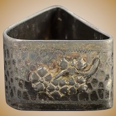 Silverplate Meriden Company Triangular Hammered Textured Bee & Flower Motif Napkin Ring    [QPQQ]