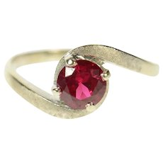 14K Round Syn. Ruby Solitaire Wavy Bypass Ring Size 7.25 White Gold [CQXQ]