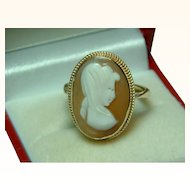 Decorative Vintage 9ct Solid Gold 'Oval Shaped' Cameo Gemstone Ring.