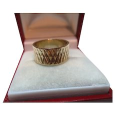 Decorative Vintage{Birmingham 1962} 9ct Solid Gold 'Criss-Cross Engraved' Wedding Band Ring{4.0 Grams}