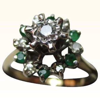 Attractive Vintage 18ct Solid Gold Diamond + Emerald Gemstone Cluster Ring{3.1 Grams}{0.22Ct Diamond Weight}