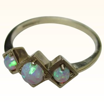 Pretty 9ct Solid Gold 3-Stone Opal Gemstone Ring