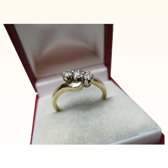 Attractive 18ct Solid Gold 3-Stone Diamond Gemstone 'Twist' Ring{4.2 Grams}{0.25Ct Diamond Weight}