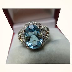 Attractive 18ct Solid Gold Diamond + Blue Topaz Gemstone Ring{4.1 Grams}