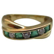 Quality 18ct Solid Gold 7-Stone Diamond + Emerald Gemstone 'Bow Shaped' Ring{3.9 Grams}{0.25Ct Diamond Weight}