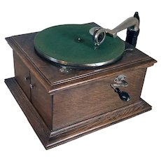 American Victor Talking Machine Company VV-VI Tabletop Wind Up Victrola and 16 Edison Records