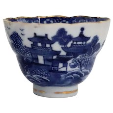 Chinese Export Qianlong Gilt, Blue and White Porcelain Tea Bowl