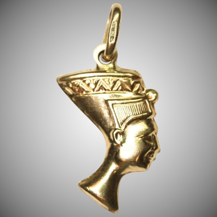Vintage nefertiti ancient egyptian queen 18 carat yellow gold vintage nefertiti ancient egyptian queen 18 carat yellow gold charm pendant mozeypictures Choice Image