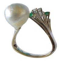 Emerald, diamond and pearl ( cultured ) set split shank white gold dress ring, 1960 - 1980.
