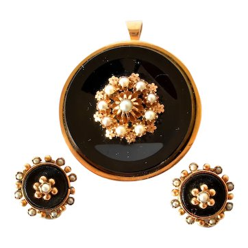 A Gold Onyx Half Pearl & Onyx Brooch & Earrings set, French, 1880c.