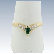 Sweet 14k Yellow Gold V ring with Emerald and Diamonds - Size 8.25