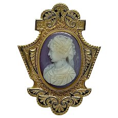 Taille d'épargne pin with hard stone cameo