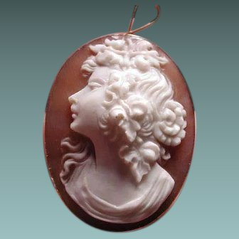 Lovely cameo of beautiful women in 18 kt gold