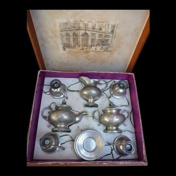 Le Paradis des enfants :  Miniature tin tea service