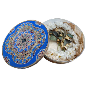 Carton round box with polychrome and gold decor