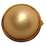 Ultimate Gem Mabe 18mm Pearl & Gold Pin