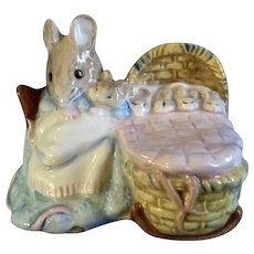 Beswick Hunca Munca Mother Mouse with  Baby Mice in bed Beatrix Potter Royal Doulton Figurine 1989 England