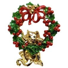 AJC Christmas Gold-tone Cat in a Wreath Holiday Vintage Red & Green Pin Brooch