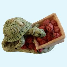 Lowell Davis RFD America Figurine Schmid / Border Fine Arts, Strawberry Patch 225-021 Turtle Eating Strawberries from a Basket