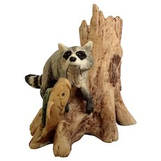 Lowell Davis RFD America Figurine Schmid / Border Fine Arts  225-038 Creek Bank Bandit, Retired Raccoon Stealing Fish Line