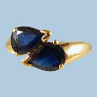 Lovely dual pear-faceted natural blue sapphires ring Stamped 18K solid gold Mid Century fine jewelry