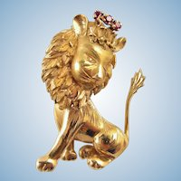 Glorious large lion king in 18K solid gold crowned with natural rubies Stamped French gold brooch