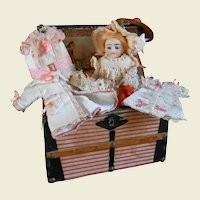 **Amazing small trunk/trousseau complete with a beautiful mignonette**
