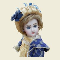 Beautiful Tête Jumeau closed mouth size 7, 16,8 inches tall..