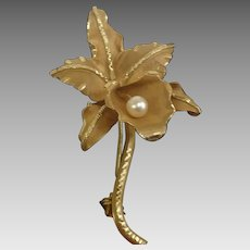 Vintage Circa 1951 18KY Flower Pin with Pearl Accent (GOLD10025)