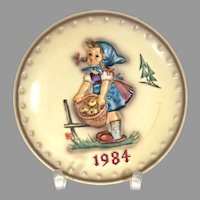"Vintage Hummel Annual Plate from 1984 No. 277 ""Little Helper"" In Great Condition! (HC0012R) Near Mint Condition Hummel Plate 1984 ""Little Helper"" Comes with Box!"